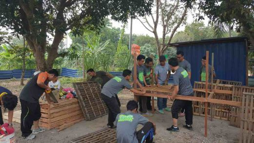 Klang_14._kerja-kerja_membina_reban_ayam_yo.transformed